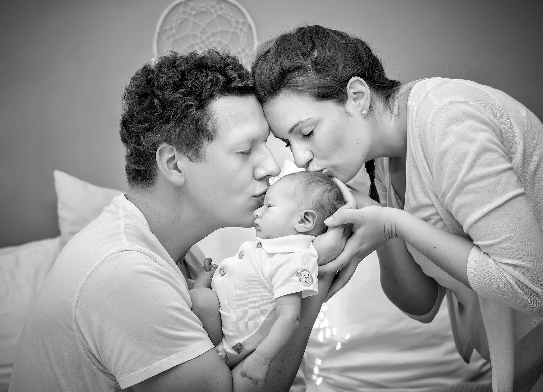 Eltern Glück Kuss schwarzweiß fotografie