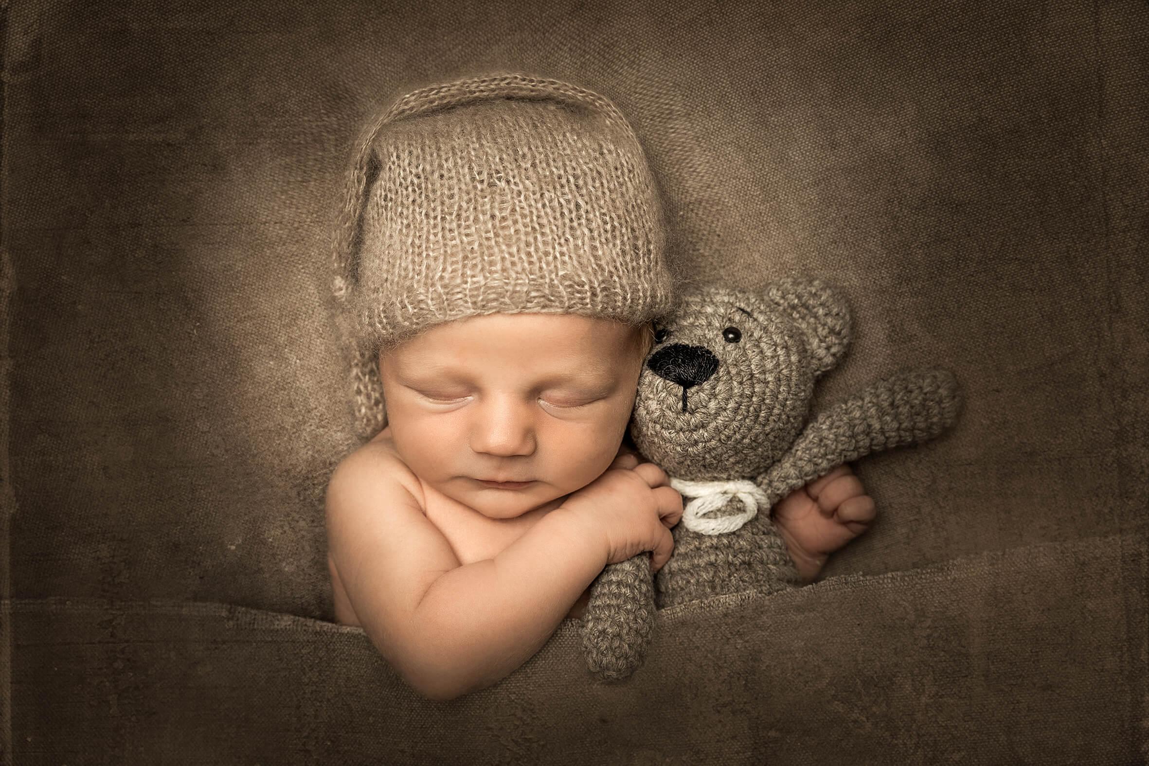 Strickmütze Babyfoto und Teddybär
