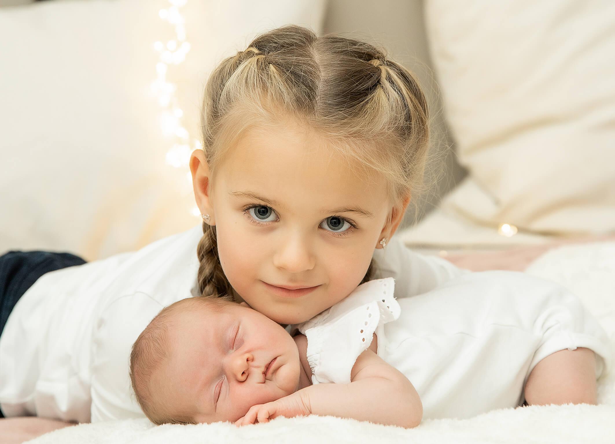 Große Schwester Neugeborenes