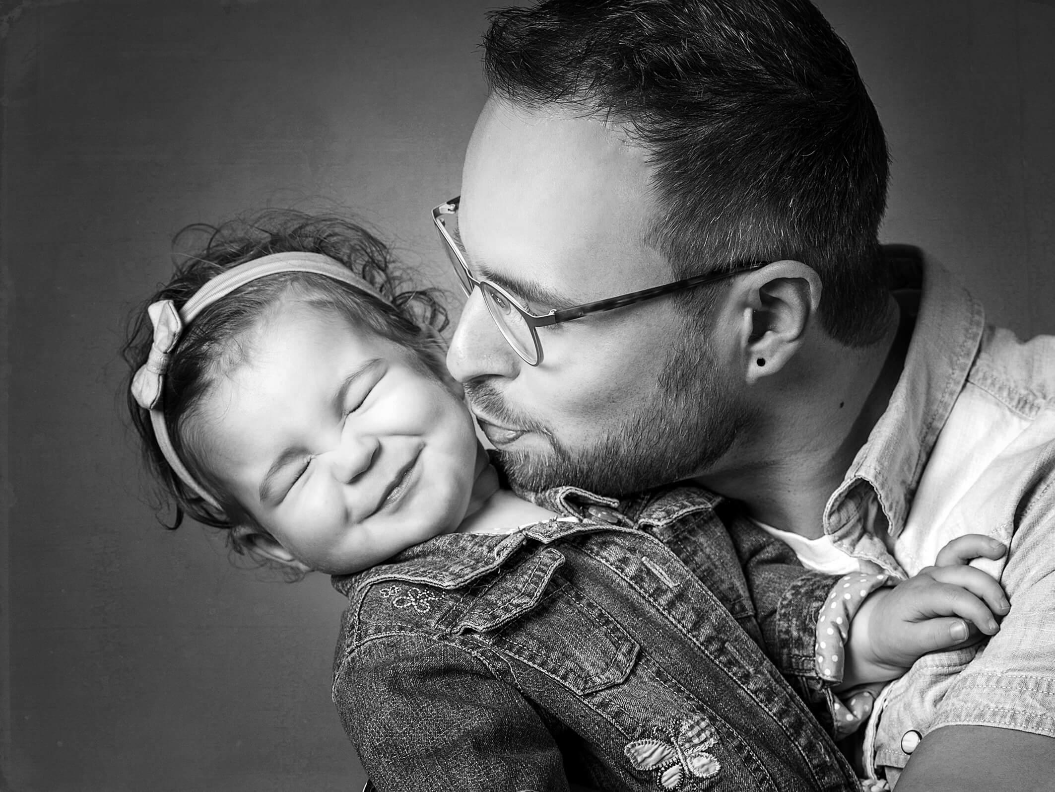 Babyfoto mit Papa in Schwarzweiß