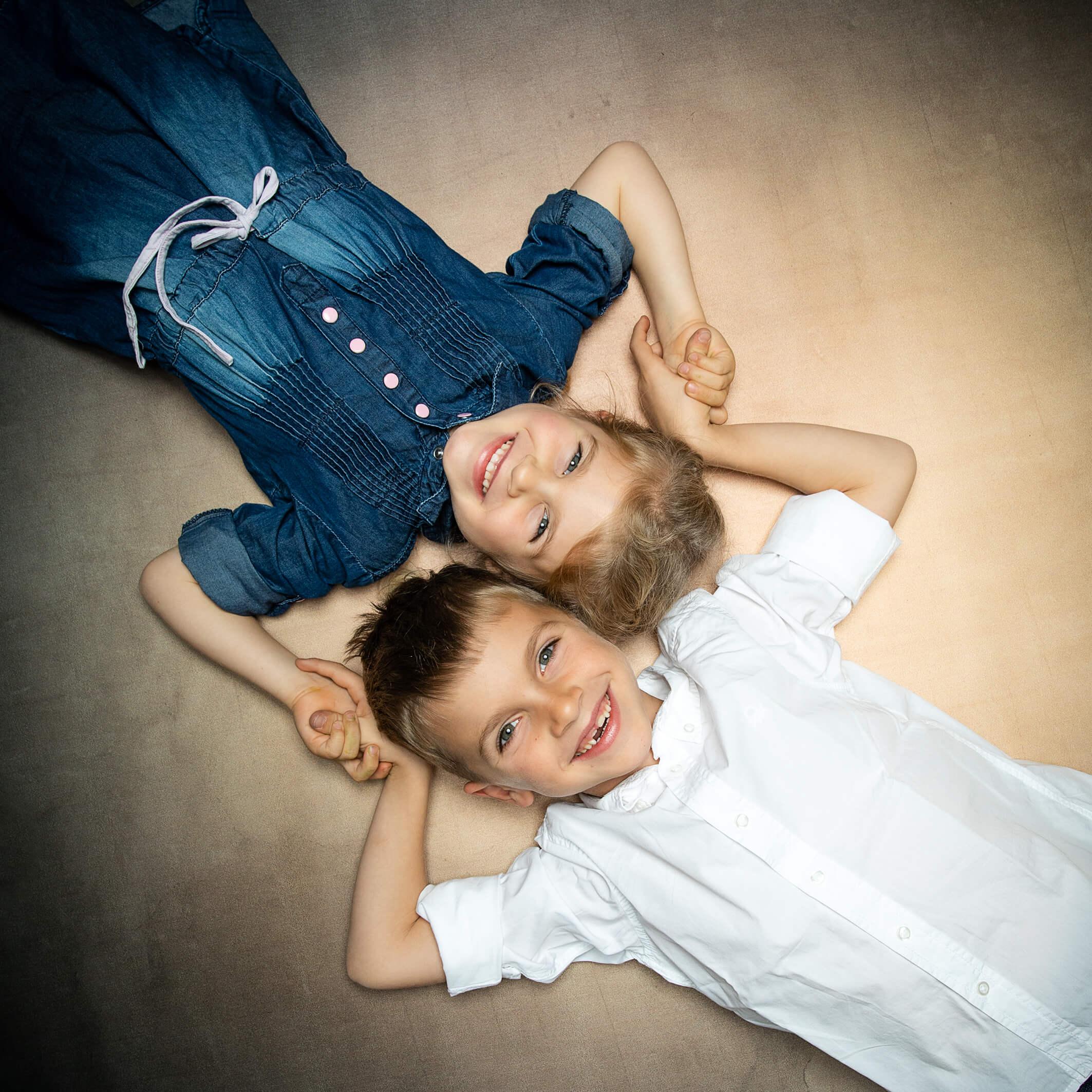 Geschwisterfoto im Fotostudio