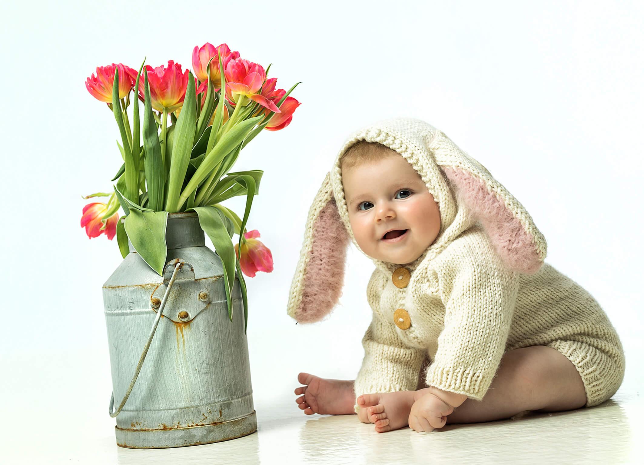 Babyfoto im Hasenkostüm und Tulpenstrauß