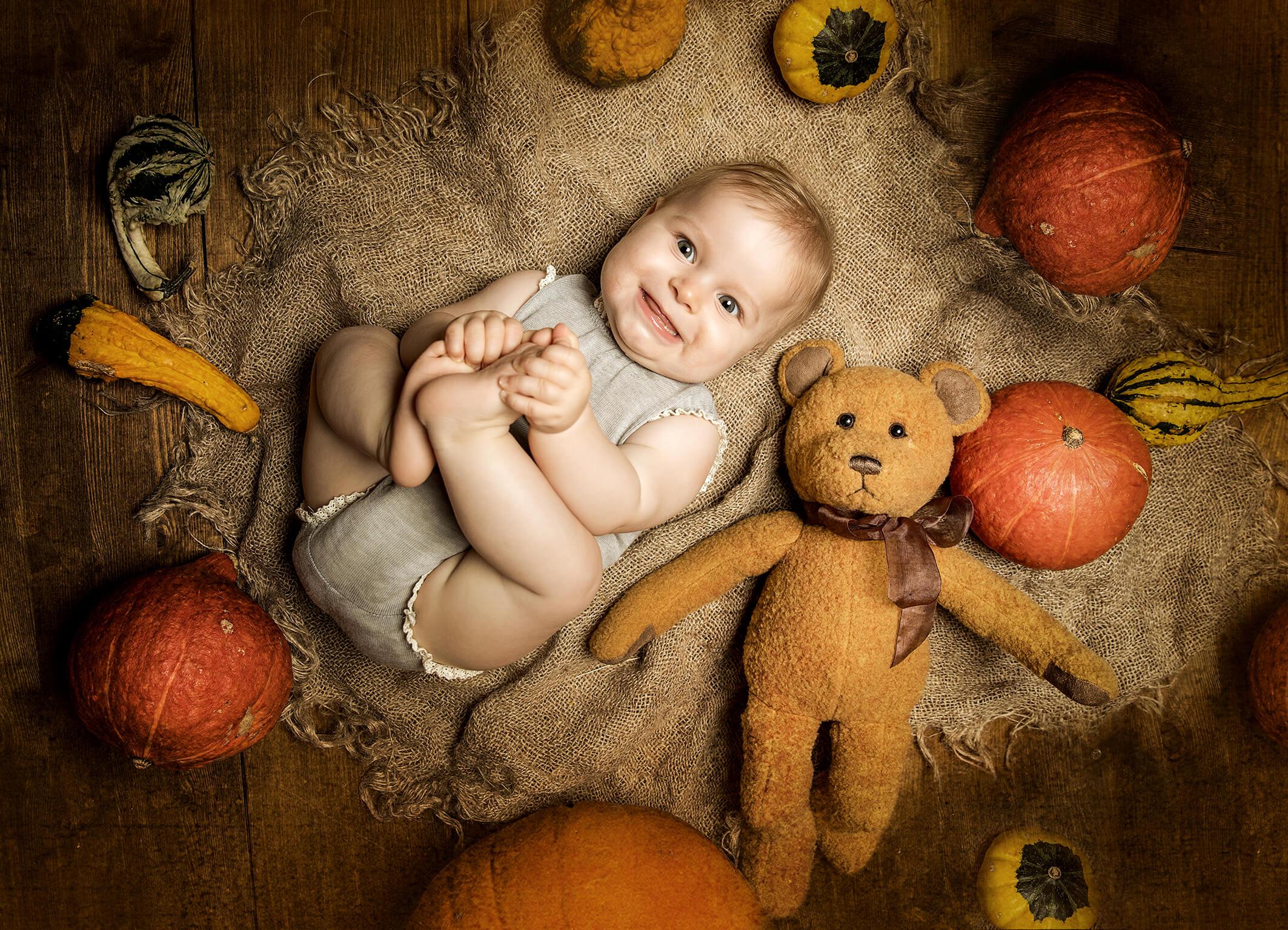 Babyfotos im Herbst mit Kürbisen