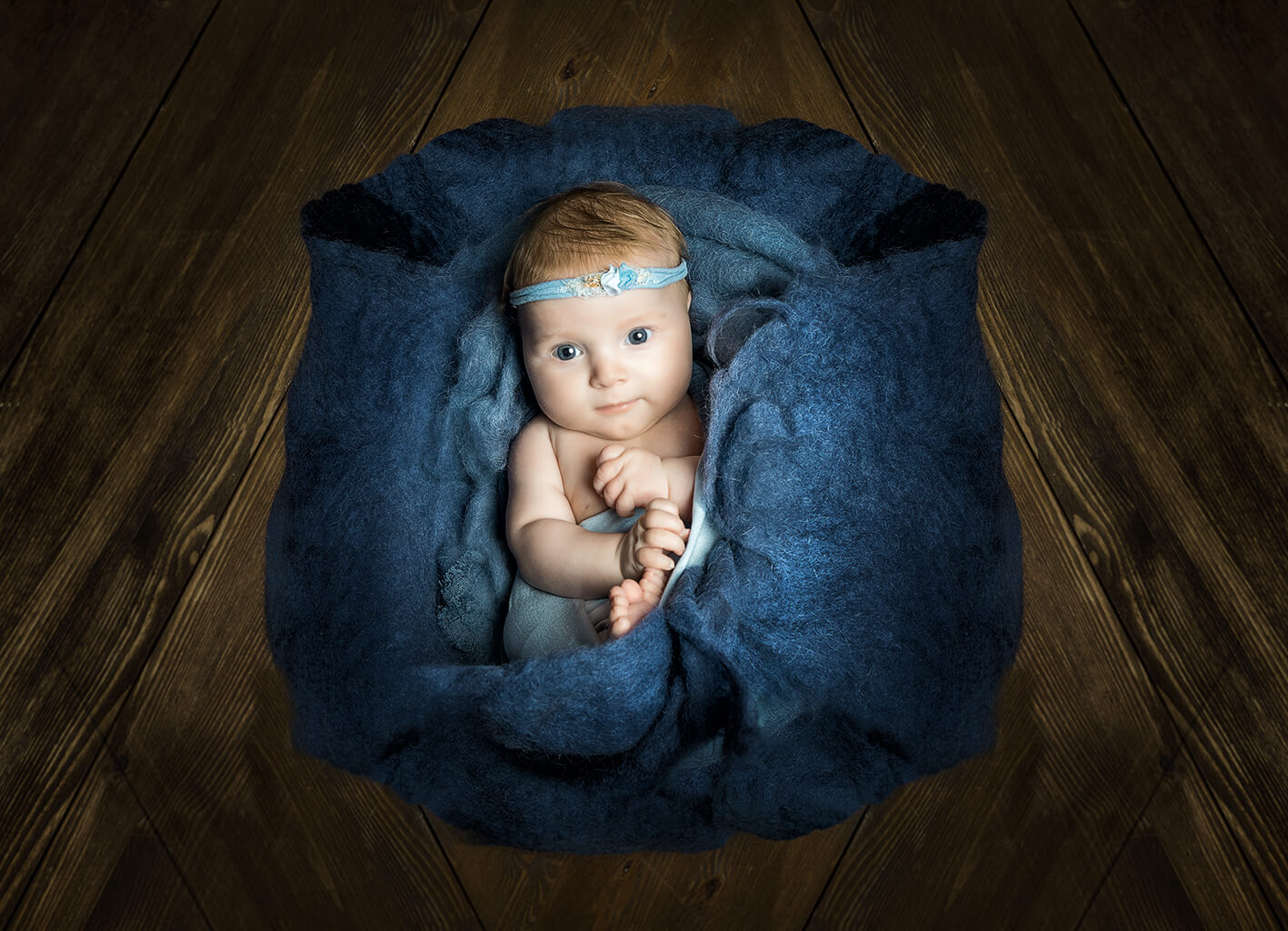 Babyfoto mit dunklem Holz Hintergrund