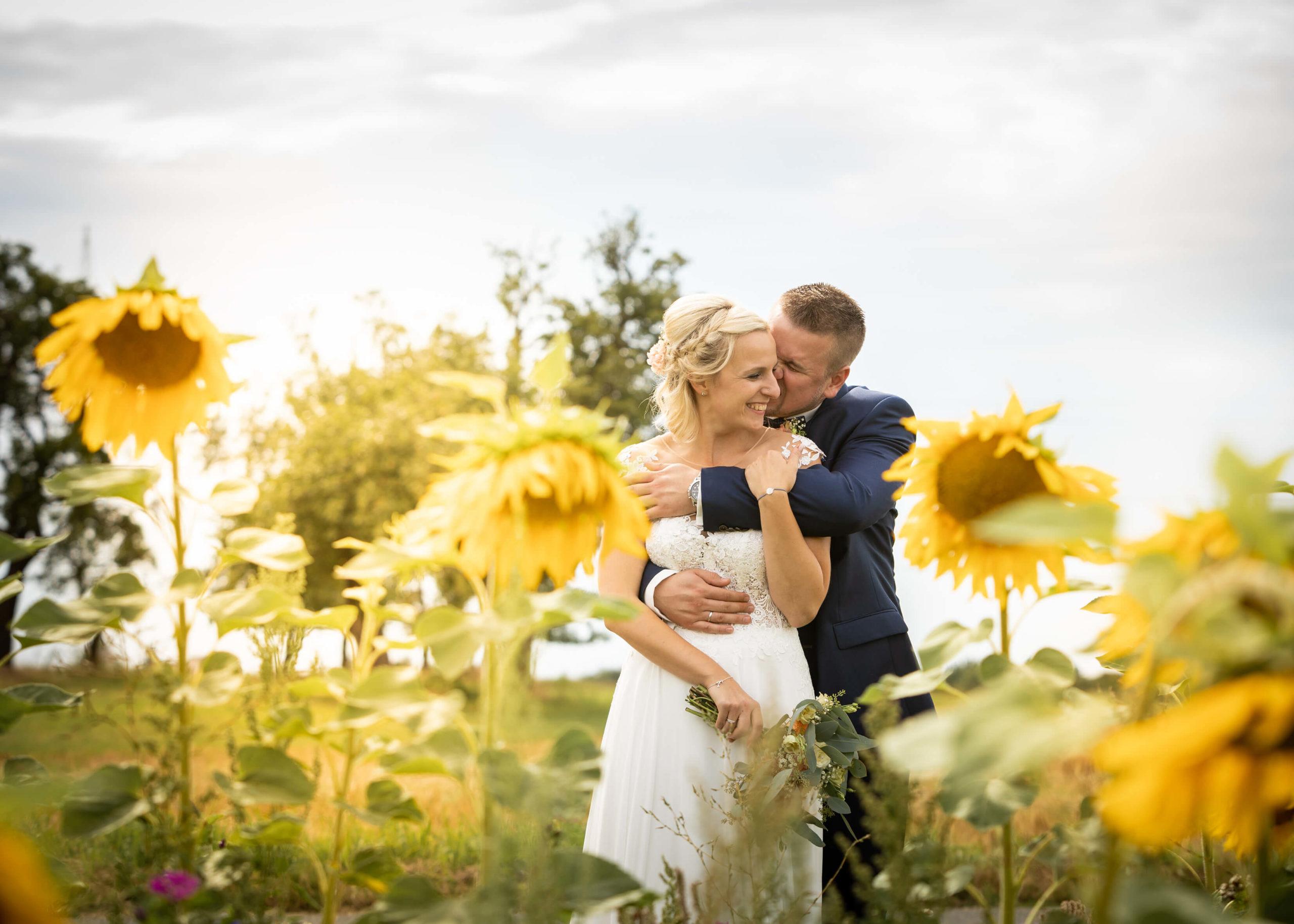 Hochzeitsportrait im Sonnenblumenfeld